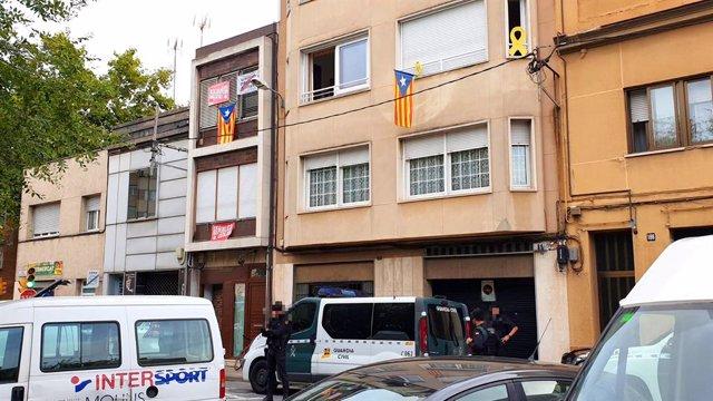 Agents de la Gurdia Civil al domicili d'un dels detinguts després de l'operació contra membres dels Comits de Defensa de la República (CDR)