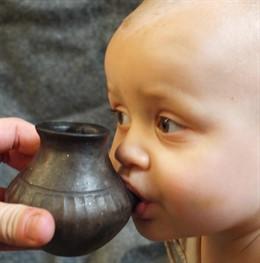 Reconstrucción de los primeros biberones usados para alimentar con leche animal a bebés prehistóricos