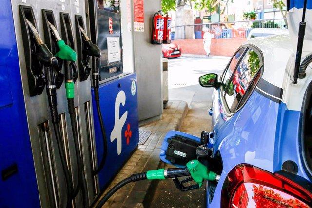 Un coche repostando gasolina en una gasolinera de Madrid.