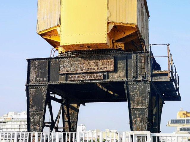 La antigua grúa amarilla del Muelle de Levante
