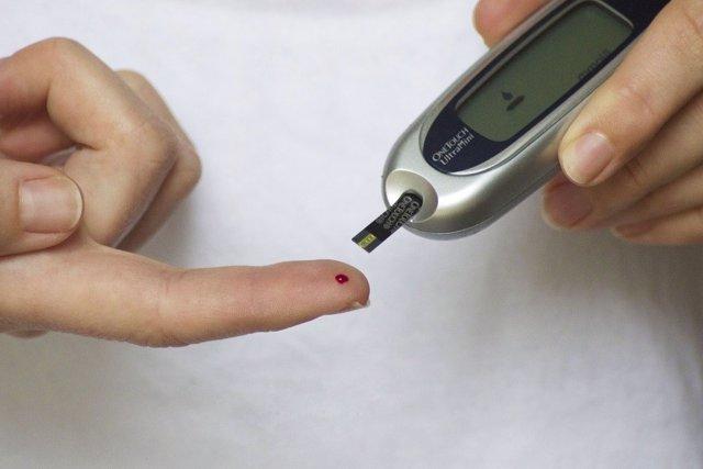 Una persona con diabetes controla su nivel de azúcar en sangre.