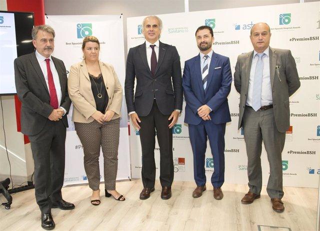 De izquierda a derecha: el vicepresidente de SEDISA, Modoaldo Garrido; la directora gerente de ASHO, Ruth Cuscó; el consejero de Sanidad de Madrid, Enrique Ruiz; el director de los premios, Toni Hidalgo; y el director comercial de ASHO, Carlos Sevillano.