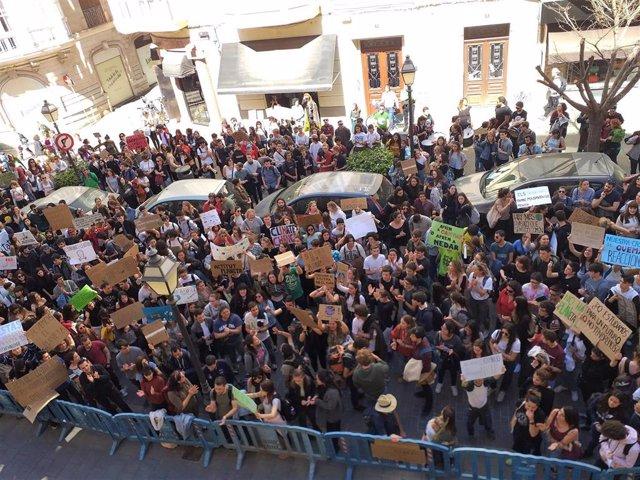 La manifestación de estudiantes por el clima, frente a la Delegación del Gobierno