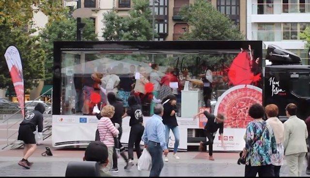 Animalistas atacan en San Sebastián con pintura roja el camión de una iniciativa