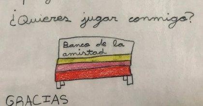El banco de la amistad, la aplaudida iniciativa de una niña de Burgos para que nadie se quede solo en el recreo