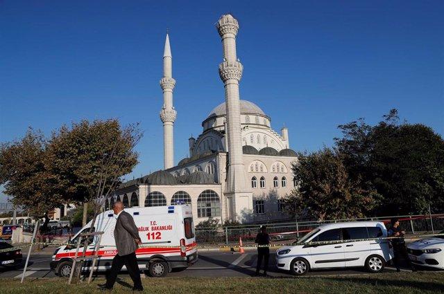 Ambulancias y vehículos policiales tras el terremoto en Estambul