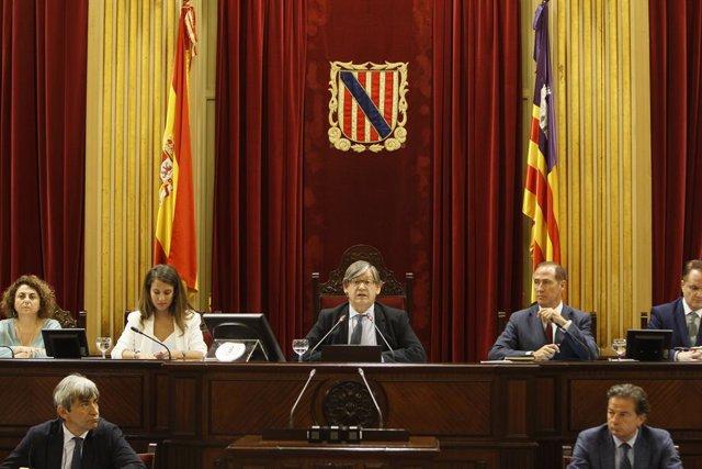 Els membres del nou Parlament d'esquerra a dreta: la secretària de Mesa, Joanaina Campomar (MÉS per Mallorca); la vicepresidenta primera, Glòria Santiago (Podem); el president del Parlament, Vicenç Thomàs; José Manuel Lafuente(PP); i Maxo Benelal (Cs)