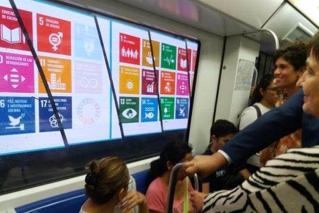 Rosa Alarcón visualitza anuncis al túnel de la L5 des de l'interior d'un metro.