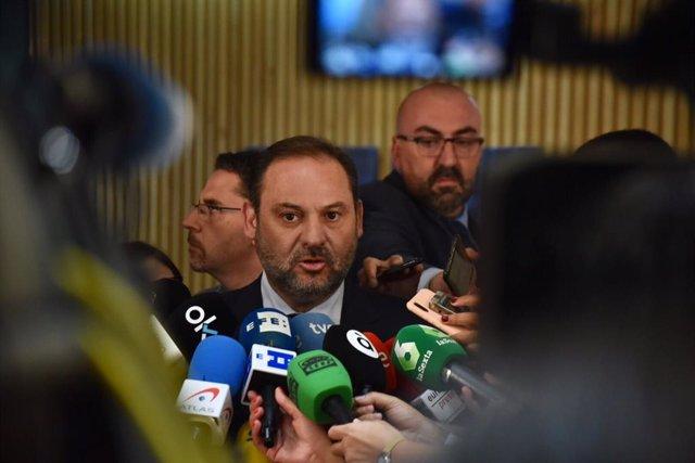 El secretari d'Organització i ministre de Foment en funcions, José Luis Ábalos, amb els mitjans