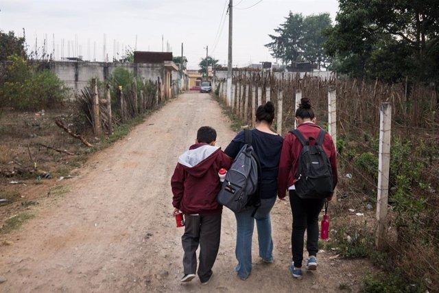 Una madre con sus dos hijos en Guatemala