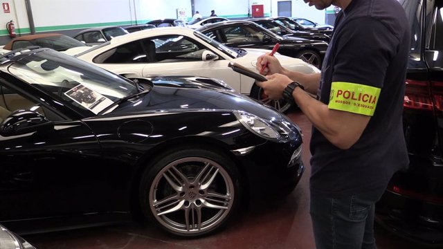 Els Mossos d'Esquadra registren les dependncies del negoci de venda de cotxes de luxe del clan familiar de la Zona Franca de Barcelona.