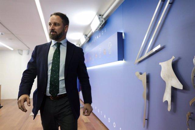 El president de Vox, Santiago Abascal, a la seva arribada a la roda de premsa després de la seva reunió amb el Rei Felipe VI en el segon dia de la ronda de consultes sobre el candidat a la presidncia del Govern, a Madrid (Espanya), a 17 de setembre de