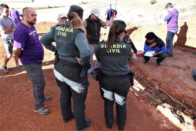 La Guardia Civil vigila los trabajos de exhumación de cuatro represaliados en Soria.