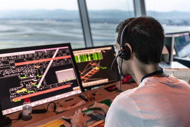 Un controlador aéreo en su puesto