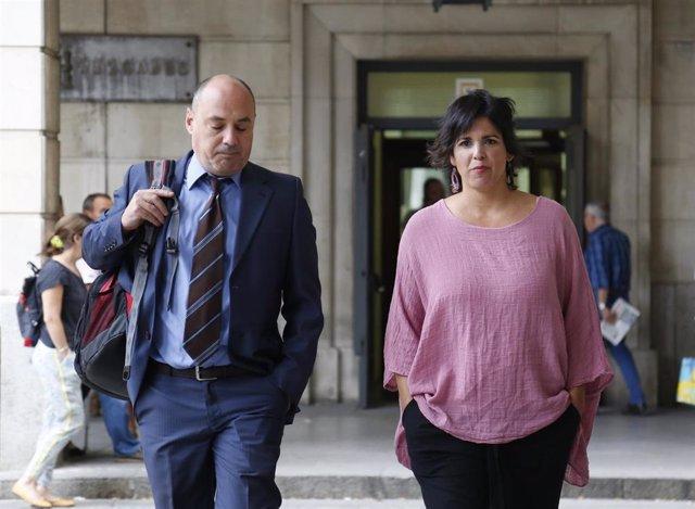 Teresa Rodríguez y su abogado a su llegada al juicio, en una imagen de archivo.