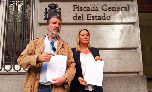 Francisco García y Carmen Perona, de CCOO Enseñanza, ante la Fiscalía con la denuncia contra la organización HazteOir.