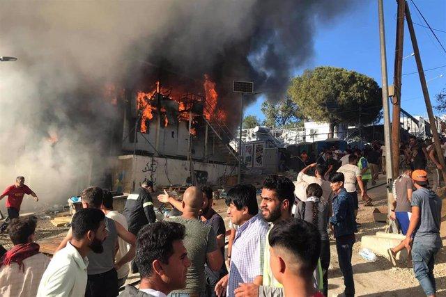 Incendio en un contenedor del campo de Moria, en la isla griega de Lesbos