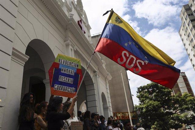 Personas protestan para reclamar ayuda en Venezuela