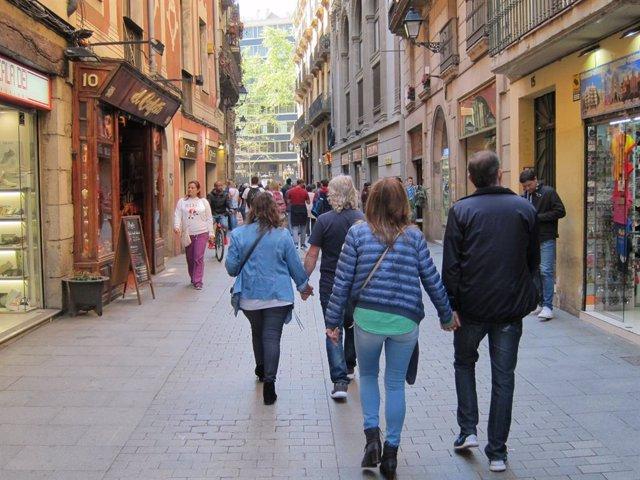 Gent, persona, persones, passejant, passeig, parella, parelles, matrimoni, matrimonis, compres, cap de setmana, catalans, turistes, turisme, la Rambla, carrer, carrers