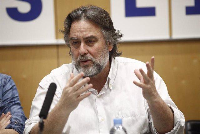 El director de la obra de teatro 'Shock (El Cóndor y el Puma)', Andrés Lima, durante la presentación en el Teatro Valle-Inclán de Madrid.