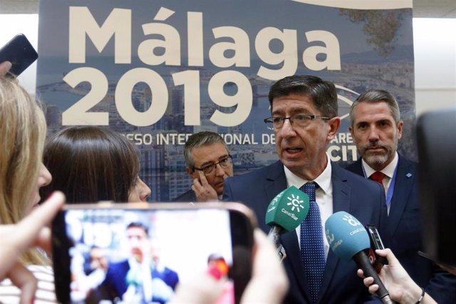 El vicepresidente de la Junta y consejero de Turismo, Regeneración, Justicia y Administración Local, Juan Marín, en rueda de prensa después de asistir a la inauguración del IV Congreso Internacional de Transparencia.