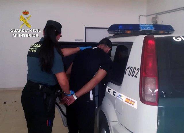 El detenido entrando al vehículo de la Guardia Civil tras su detención