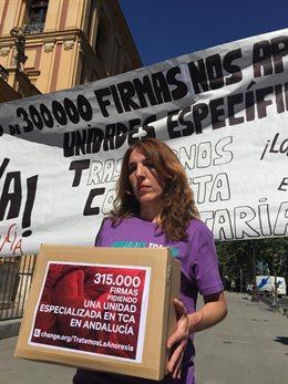 Patricia Cervera, la madre granadina de una joven con anorexia, entrega en el Palacio de San Telmo 315.000 firmas pidiendo la creación de unidades especializadas en trastornos alimentarios en una imagen de archivo