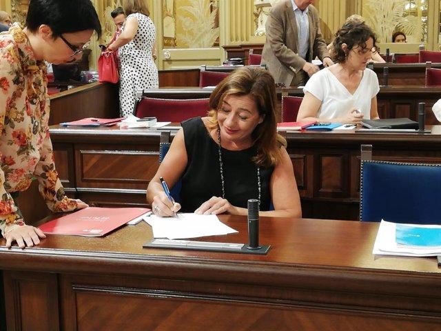 La presidenta del Govern, Francina Armengol, preparándose para el pleno minutos antes de dar comienzo la sesión.