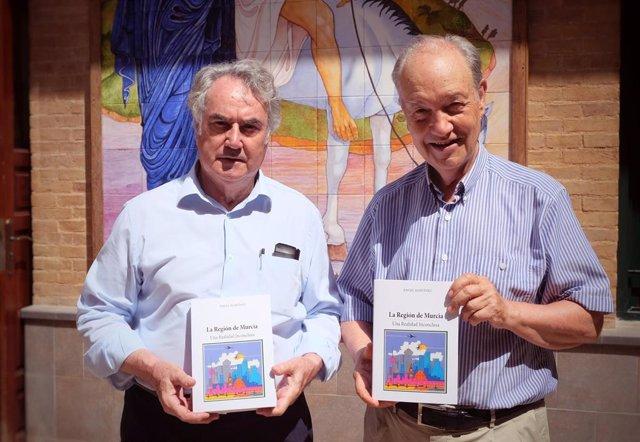 El autor, Ángel Martínez (izqda), y el presidente de Jesús Abandonado, José Moreno (dcha), con un ejemplar del libro en las instalaciones del Comedor Social de la Fundación Jesús Abandonado