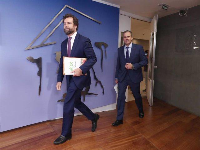 Los diputados de Vox  Iván Espinosa de los Monteros y Javier Ortega Smith ofrecen una rueda de prensa en el Congreso de los Diputados tras presentar una proposición no de ley para cambiar el control fronterizo, en Madrid (España), a 12 de septiembre de 20