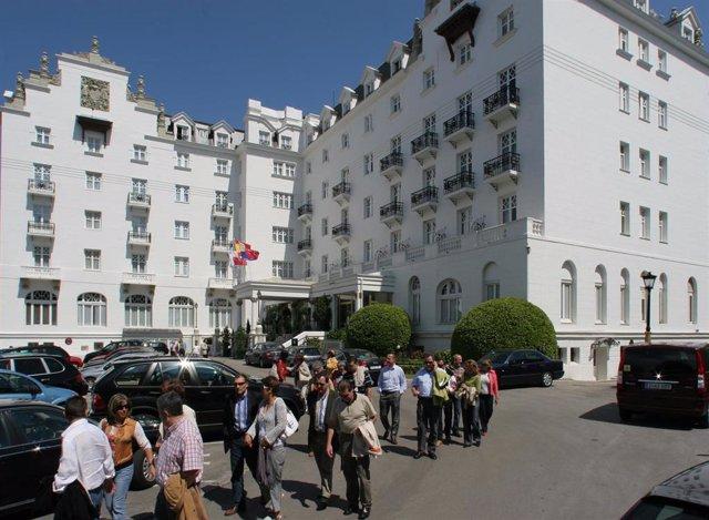 Turistas a las afueras del Hotel Real de Cantabria.