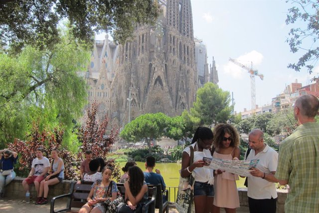 Turistes davant la Sagrada Família