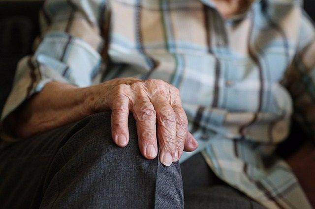 Mans d'una persona gran.