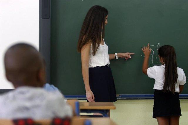 Un profesor en un aula, imagen de archivo
