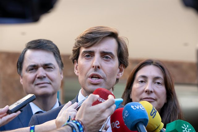 El sotssecretari de Comunicació del PP, Pablo Montesinos (c) atén els mitjans en la Junta Directiva del PP-A,