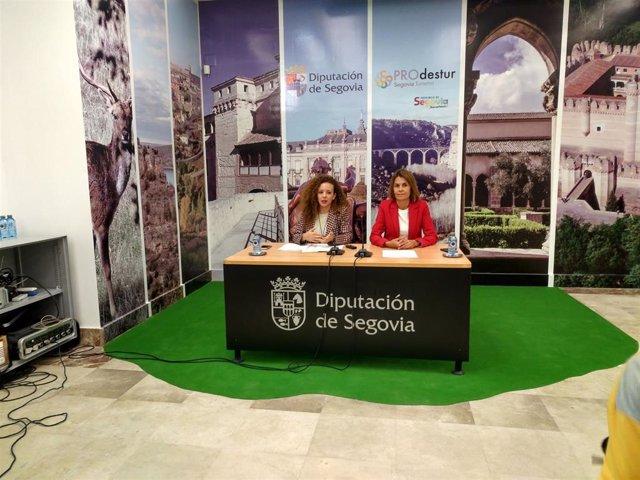 Noemí Otero, a la izquierda de la imagen, junto a la diputada de Prodestur de la Diputación de Segovia, Magdalena Rodríguez, en la presentación de las rutas de senderismo, en bicicleta y a caballo que promueve la institución.
