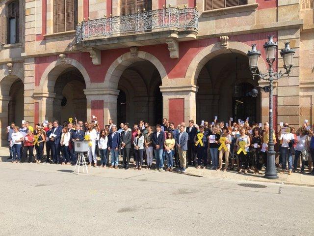 El president de Parlament, Roger Torrent, i uns quants diputats de JxCat, ERC i la CUP davant del Parlament aquest dimarts