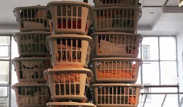 Una empresa de electrodomésticos pone lavadoras y secadoras en los colegios para combatir el absentismo crónico por llevar la ropa sucia
