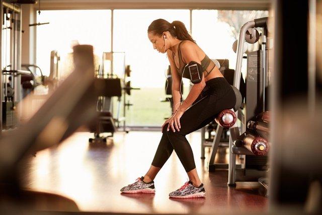 Estilo de vida, mujer en el gimnasio y fitness, lesión