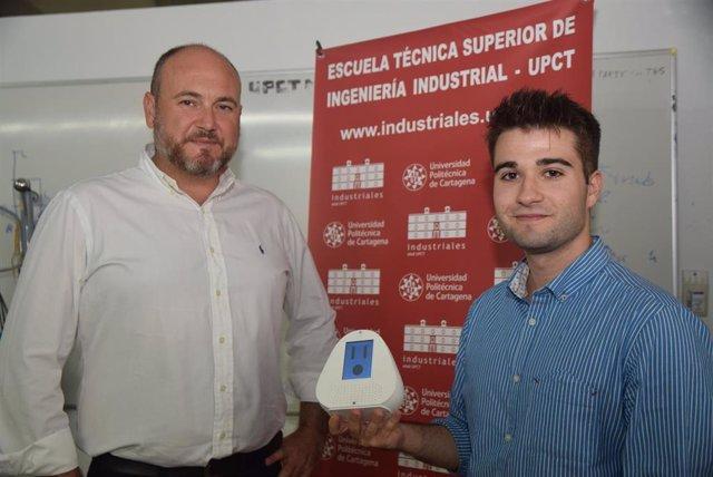 Joaquín Roca González y José A Jiménez Viuda con el Robot asistencial