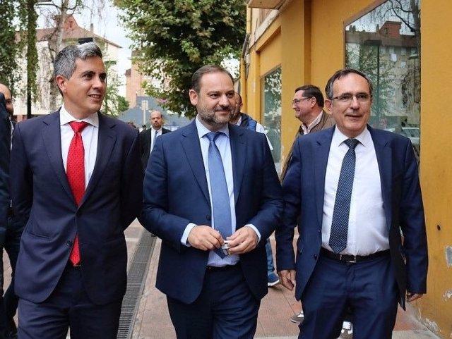 El ministro de Fomento, Jose Luis Ábalos, con Pablo Zuloaga y Jose Manuel Cruz Viadero