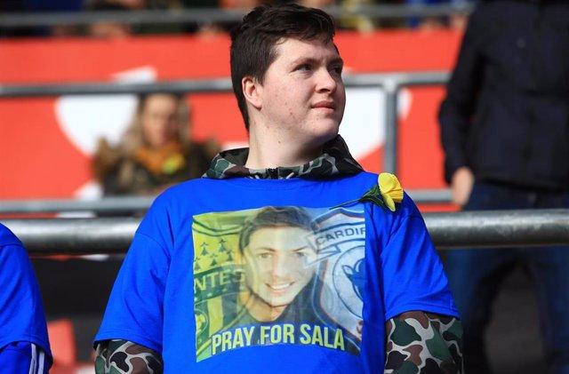 Un aficionado del Cardiff City acude a un partido con una camiseta homenaje a Emiliano Sala