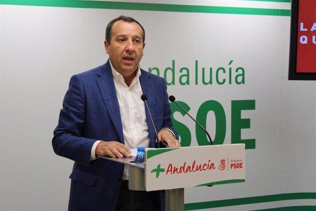 El secretario general del PSOE de Málaga, José Luis Ruiz Espejo, en rueda de prensa.