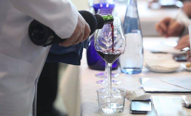 Imagen de archivo de una botella de vino