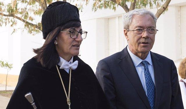 El consejero de Economía, Rogelio Velasco, y la rectora de la UHU, Antonia Peña.