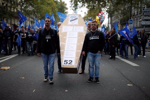 La Policía francesa sale a las calles para protestar contra las malas condiciones y los suicidios en el colectivo