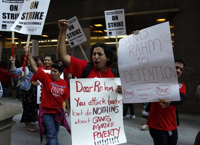 Los profesores de Chicago mantienen una huelga indefinida