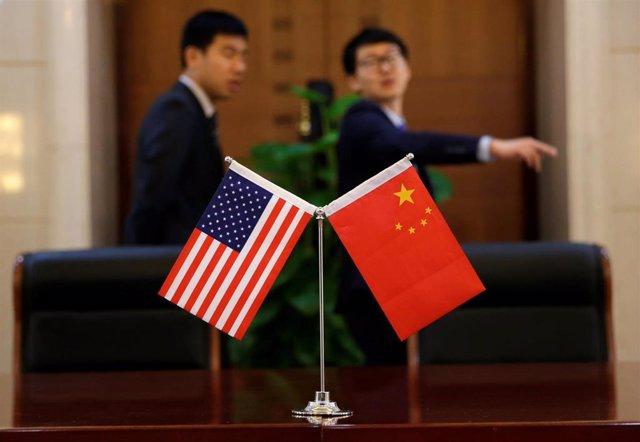 Banderas de China y EEUU.