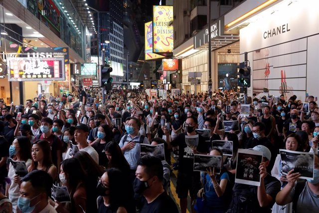 Manifestantes antigubernamentales en Causeway Bay en solidaridad con el estudiante que fue disparado por un miembro de las fuerzas de seguridad de Hong Kong