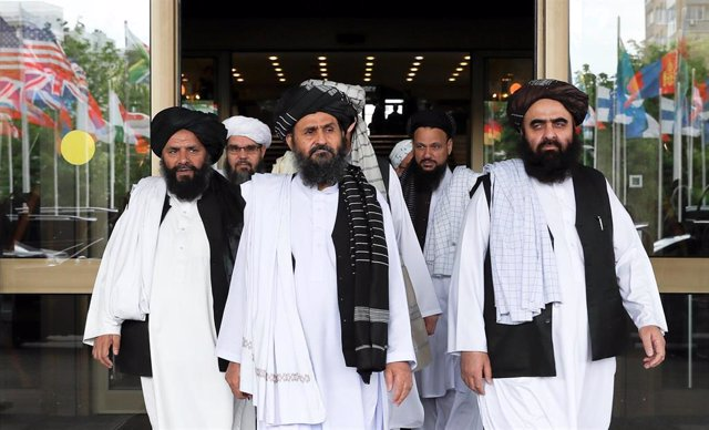 Miembros de una delegación talibán con el negociador jefe, mulá Abdul Ghani Baradar, en el centro